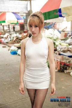 AISS爱丝 修长美腿嫩模何冉热闹集市诱惑黑丝写真 83P